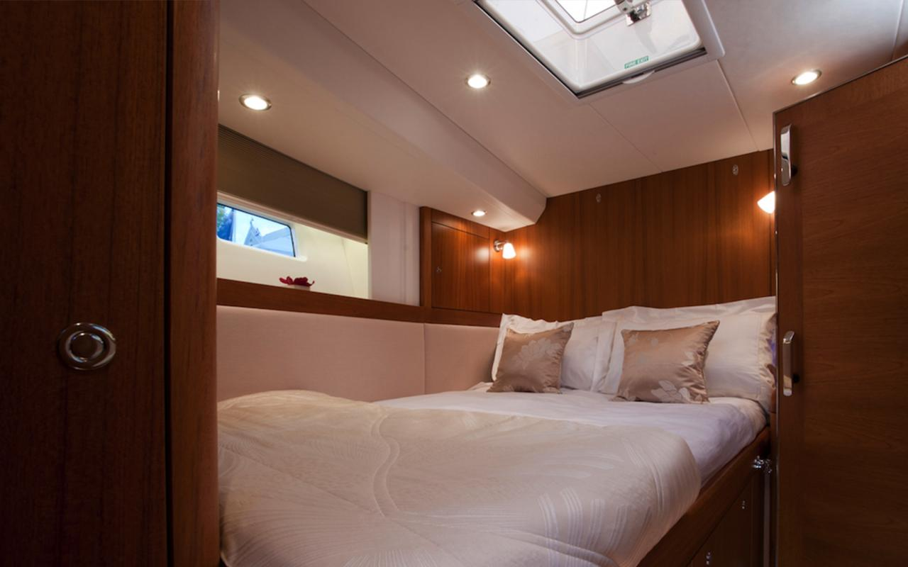 oysteryachts charter 625 blacklion guestcabin 1680x1050
